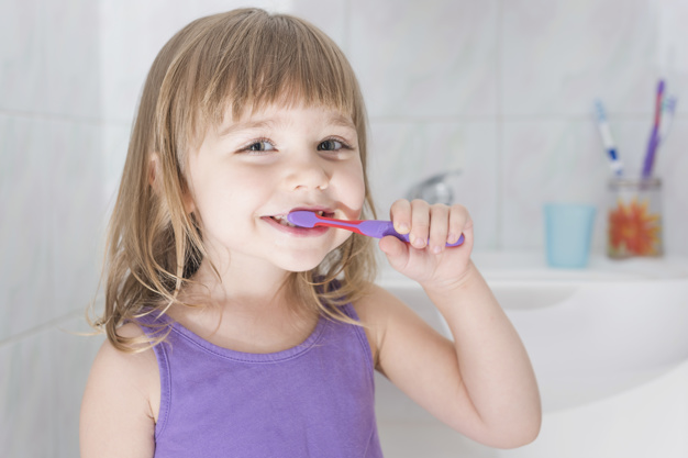Как научить ребенка чистить зубы правильно без скандалов и слез
