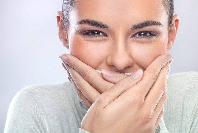 Почему темнеют зубы: все причины потемнения и как избавиться от проблемы