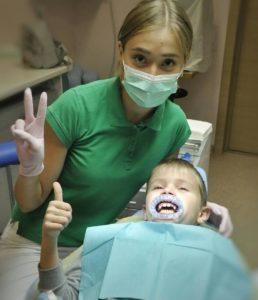Детский стоматолог Вайт Клиник с пациентом
