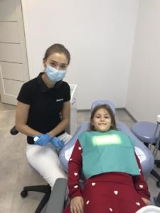 Стоматологическая клиника White Clinic. Детский терапевт с пациентом